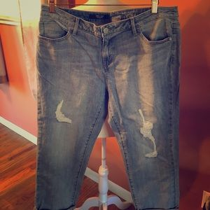 Boyfriend Cut Capri Light-Wash Jeans (Size 10)